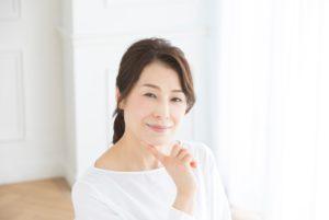 顎に指をあてる50代女性