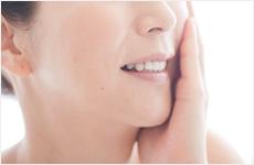 頬を触る50代女性